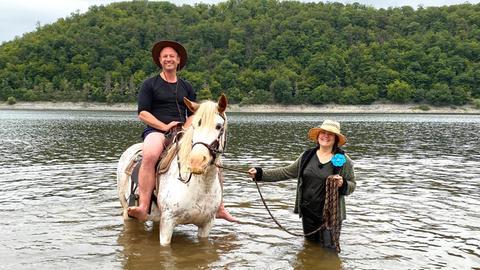 Tobias Kämmerer beim Ponyschwimmen mit Priscilla Wilhelmi im Edersee.