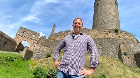 Tobias Kämmerer vor der seit 1162 namentlich bekannte Burg Münzenberg – regional auch Münzenburg oder Wetterauer Tintenfass genannt