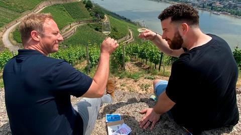 """Tobias Kämmerer (li.) auf Tour in Rüdesheim mit Kai Climenti, dem Erfinder von """"Walk like a local"""". Sie prosten sich mit einem Glas Weisswein zu."""