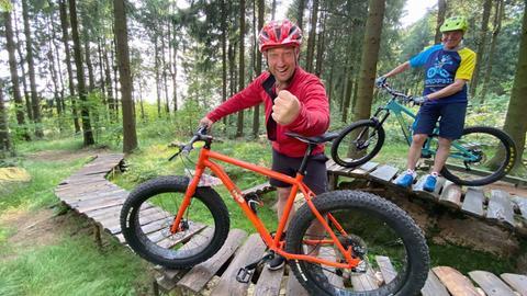 Tobias Kämmerer beim Mountainbiken mit Klaus Marbe (re.).