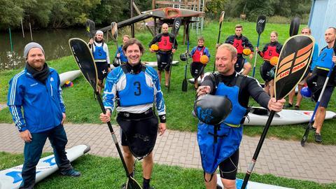 Tobias Kämmerer mit der Kanu-Polo-Manschaft des Kanu-Clubs Fulda (vorne im Bild v.l. die Trainer Tim Drews und Andreas Wehner).