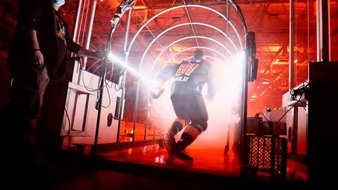 Ein Eishockey-Spieler der Löwen Frankfurt läuft aufs Feld.