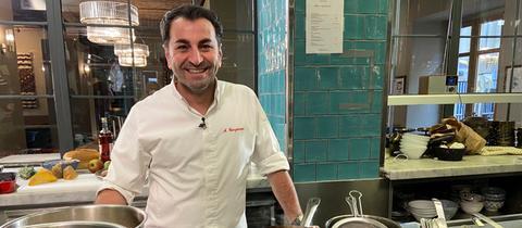 Ali Güngörmüs am Herd einer Restaurantküche