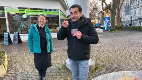 "Manuela Arndt und Ali Güngörmüs vor dem Restaurant ""Suppenplantage"""