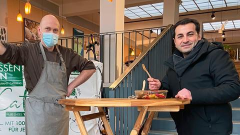 Ali Güngörmüs und Rene Müller im Treppenhaus seines Restaurants.