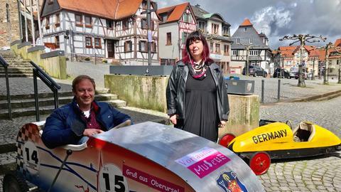 Moderator Tobias Kämmerer vor dem Vortaunus-Museum mit Museumsleiterin Renate Messer.