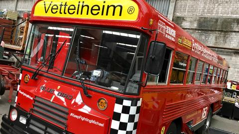 Der Vettel-Fanclub-Bus