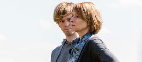 Ben (Simon Jensen) und Caro (Corinna Harfouch)