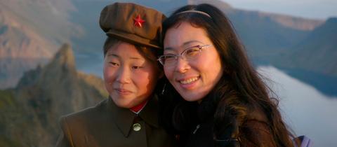 Regisseurin Sung-Hyung Cho mit Soldatin auf dem heiligen Berg Baekdu