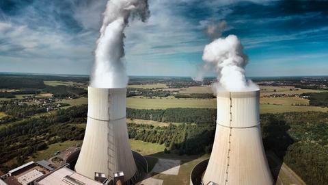 Zwei rauchende Schornsteine eines Kraftwerks