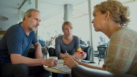 Paul Brix (Wolfram Koch), Constanze Lauritzer (Christina Große) und Anna Janneke (Margarita Broich, re.)