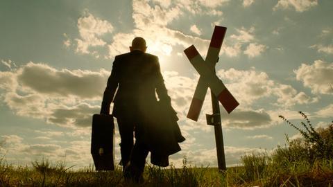 Szene aus dem Spielfilm : Ulrich Kainer (Martin Wuttke) in der Rückansicht.