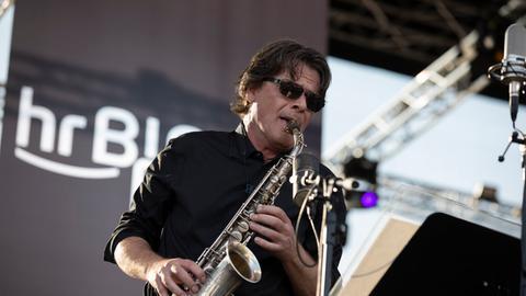 Heinz-Dieter Sauerborn von der hr-Bigband spielt während des Europa Open Air 2018