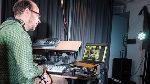 hr-Bigband-Musiker Oliver Leicht beim Online-Unterricht