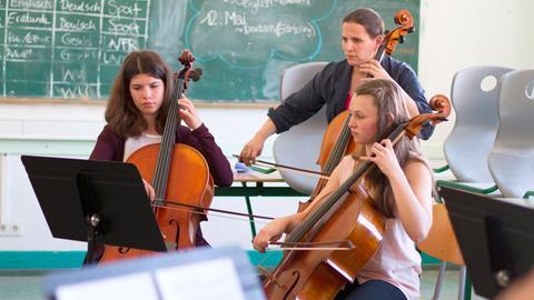 Coach 'n' Concert 2016: Barbara Petit vom hr-Sinfonieorchester probt mit Schülerinnen.