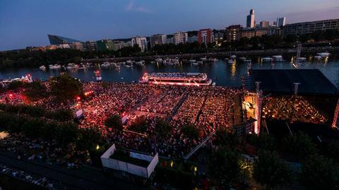 Luftaufnahme vom Europa Open Air 2019 des hr-Sinfonieorchesters. Abendstimmung. Blick über das Gelände zum gegenüberliegenden Mainufer.
