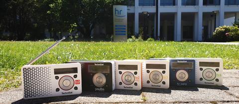 DAB-Radios vor dem Haupteingang des hr