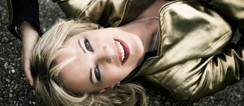 Star-Kabarettistin Lisa Fitz ist zu Gast bei Florian Schroeder in der hr1-Satire Lounge