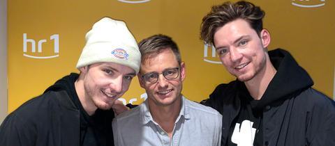 Roman Lochmann (links) und Heiko Lochmann (rechts) zu Gast bei hr1-Moderator Uwe Berndt