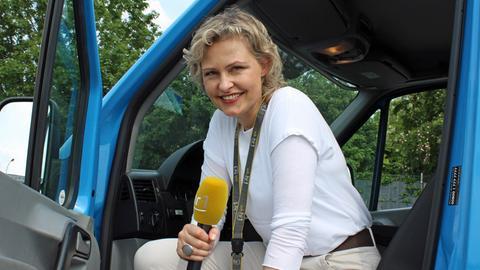 """hr1-Moderatorin Marion Kuchenny beim Einsatz für """"Wir reden drüber""""."""