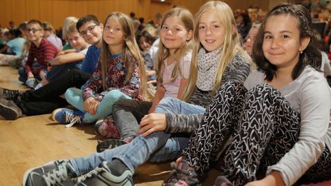 """Begeisterte Kinder beim großen Finale des hr2-Kinderfunkkollegs """"Kohle, Cash und Pinkepinke³ im hr-Sendesaal."""