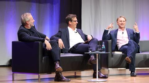 Schauspieler Wolfram Koch, hr2-kultur-Moderator Alf Mentzer und Bestselleruator Dan Brown im Gespräch