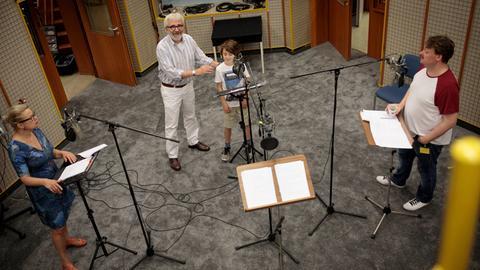 """Bei der Produktion von """"Die Nanny-App"""": Susanne Schäfer (Mutter), Hans Helge Ott (Regie), Jakob Roden (Jannis) und Sascha Nathan (Vater)"""