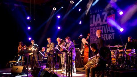 hr-Jazzensemble: Heinz Sauer, Christof Lauer, Back, Valentin Garvie, Stefan Lottermann, Ole Heiland, Tom Schlüter, John Schröder, Günter Lenz, Uli Schiffelholz