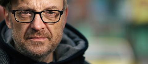 Der österreichische Kabarettist Josef Hader erzählt in hr2-kultur von seinem ersten Film
