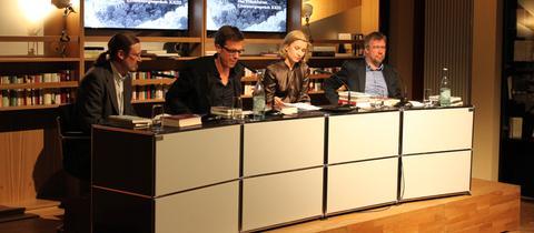 Die Literaturkritiker Hubert Spiegel, Mara Delius und Alf Mentzer mit Gast Christoph Peters.