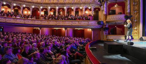Katie Freudenschuss auf der Bühne des Staatsthetaers Wiesbaden beim hr2- Hörfest Wiesbaden 2019.