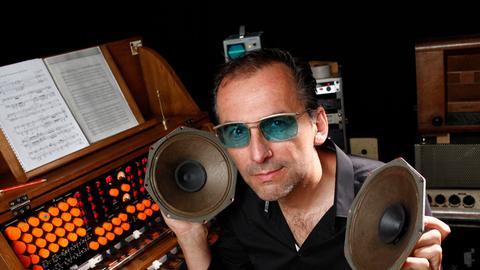 Musiker, Komponist und Musikproduzent Peter Pichler am Instrument Mixturtrautonium.
