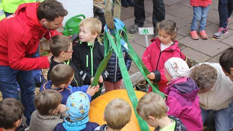 hr3-Reporter und -Moderator Christian Kaempfert und die Kinder überprüfen, ob auch ja alle Spanngurte festsitzen