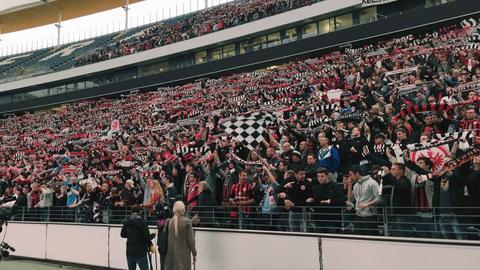 """Frankfurter Fans im """"Wohnzimmer der Eintracht"""", der Commerzbank-Arena"""
