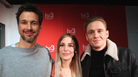 Die Schauspieler Florian David Fitz und Matthias Schweighöfer mit hr3-Moderatorin Kate Menzyk