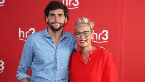 Sänger Álvaro Soler zu Gast bei hr3-Moderatorin Bärbel Schäfer