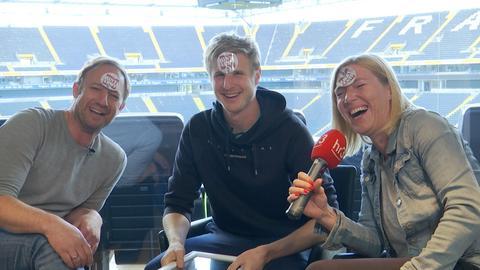 """Die hr3-Moderatoren Tobi Kämmerer und Tanja Rösner feiern mit Eintracht-Verteidiger Martin Hinteregger den """"Hinti-Army""""-Kultsong von Fußball 2000"""