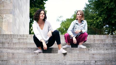 """Pola Nathusius (li.) und Ann-Kathrin Rose sind die Macherinnnen des Podcasts """"Das F-Wort – der Empowerment-Podcast für Frauen""""."""