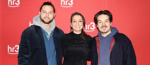 Philipp Dausch und Clemens Rehbein (beide Milky Chance) mit hr3-Moderatorin Julia Tzschätzsch