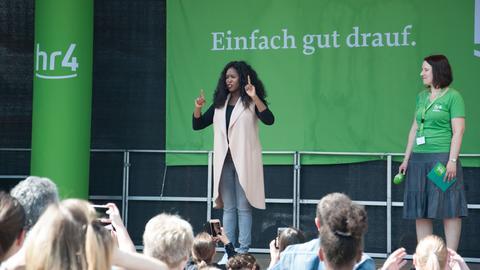 TV-Star Motsi Mabuse beim Tanzworksop mit hr4-Moderatorin Vera John beim hr4-Fitmachertag