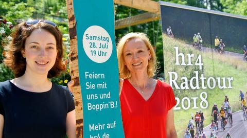 Freuen sich auf die hr4-Radtour, die am 28. Juli in Bad Schalbach zu Gast ist: hr4-Pressereferentin Isabelle Dollinger und Monika Müller vom Veranstaltungsmanagement der Landesgartenschau (v.l.)