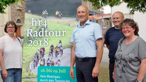 Freuen sich auf den Auftakt der hr4-Radtour am 26. Juli in Rüdesheim: Gaby Schäfer von der Rüdesheim Touristik AG, Bürgermeister Volker Mosler sowie das Winzerehepaar Elke und Alexander Scholl (v.l.)