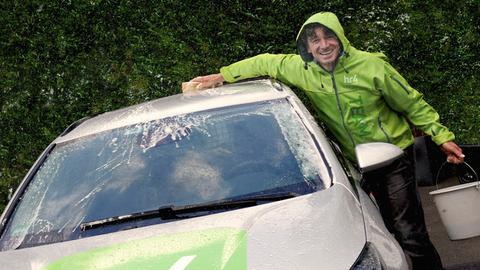 hr4-Morgenmoderator Uwe Becker bei der Autowäsche