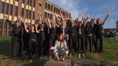 """Der Frauenchor """"Singflut"""" aus Burghaun zusammen mit Promi-Patin Pe Werner"""