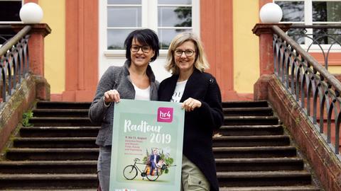 Freuen sich auf die Pause der hr4-Radtour am 9. August in Schlitz; Heike Weber von der Landesmusikakademie Hessen und Gudrun Kahlen (re.) vom Event-Management des Hessischen Rundfunks
