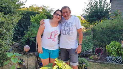 Sarah Friedrich und ihr cooler Opa Wolle im Garten
