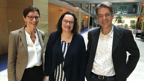 SPD-Vorsitzende Andrea Nahles (m.) mit hr-iNFO-Chefin Katja Marx und Hauptstadtkorrespondent Andreas Reuter
