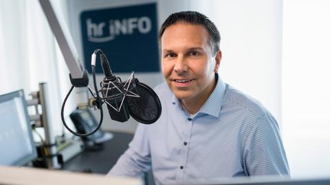 Dirk Wagner für hr-iNFO am Studiomikrofon