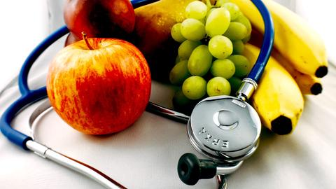 Funkkolleg Ernährung: Obst mit Stethoskop