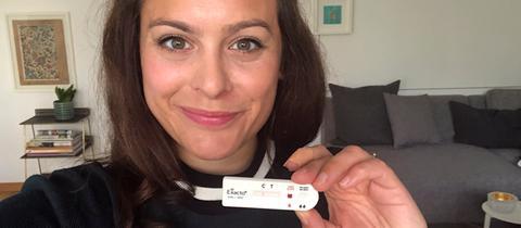 YOU FM-Moderatorin Leonie Koch macht den HIV-Selbsttest